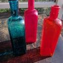 Színes üvegpalack, Üveg, Üvegművészet, Magyarországon készült színes üvegpalackok, 24 cm magas anyagában színezett piros és türkizkék szín..., Alkotók boltja