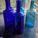 Színes üvegpalack 5 literes, Üveg, Üvegművészet, Magyarországon készült színes üvegpalackok, 44 cm magas anyagában színezett kobaltkék és türkiz szí..., Alkotók boltja