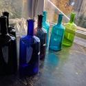 Színes üvegpalack 1.5 literes, Üveg, Üvegművészet, Magyarországon készült színes üvegpalackok, 29 cm magas anyagában színezett kobaltkék, fekete, lila..., Alkotók boltja