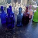 Színes Üvegpalack 0.25 literes, Üveg, Üvegművészet, Magyarországon készült színes üvegpalackok, 21 cm magas anyagában színezett kobaltkék és türkiz szí..., Alkotók boltja