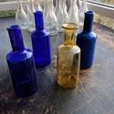 Színes üvegpalack 0.15 literes, Üveg, Üvegművészet, Magyarországon készült színes üvegpalackok, 17 cm magas anyagában színezett kobaltkék és sárga szín..., Alkotók boltja