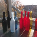 Színes üvegpalack 0.5 literes, Üveg, Üvegművészet, Magyarországon készült színes üvegpalackok, 30 cm magas anyagában színezett, jelenleg fekete és pir..., Alkotók boltja