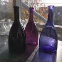 Színes üvegpalack 1.5 literes, Üveg, Üvegművészet, Magyarországon készült színes üvegpalackok, 30 cm magas anyagában színezett két féle lila és fekete..., Alkotók boltja