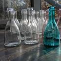 Üvegpalack 0.25 literes, Üveg, Üvegművészet, Magyarországon készült színes üvegpalackok, 17 cm magas anyagában színezett lila, áttetsző és türki..., Alkotók boltja