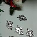 Levél filodendron medál, Gyöngy, ékszerkellék, Műanyag gyöngy, Levél ezüst színű medál  Méret: 13*20 mm 1 csomag 5 db levelet tartalmaz., Alkotók boltja