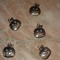 Halloween tök medál, Gyöngy, ékszerkellék, Egyéb alkatrész, Halloween tibeti ezüst medálok. Méret: 10*16,5 mm 1 csomag 5 db medált tartalmaz., Alkotók boltja