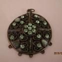 köves, gyöngyös medál zöld, Gyöngy, ékszerkellék, Egyéb alkatrész, köves, gyöngyös medál zöld  átmérő kb 4 cm, Alkotók boltja