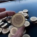 Apró fakorong, Fa, Egyéb fatermék, Famegmunkálás, Mind a két oldalán simára csiszolt fakorong.  Átmérője: 4,5 centiméter Vastagsága: 1 centiméter  Ár..., Alkotók boltja