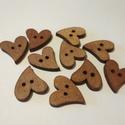 Szív alakú fa gomb - 10 db, Fa, Gomb, Famegmunkálás, Varrás, Gomb, Fából készült szív alakú fa gombok. Mérete: 20 mm A csomag ára 10 db gombra vonatkozik (1 db gomb 2..., Alkotók boltja
