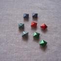 Szegecs-piramis alakú, Dekorációs kellékek, Gyöngy, ékszerkellék, Ékszerkészítés, Bőrművesség, Mindenmás, Piramis alakú szegecsek 3 különböző színben ( acélkék, piros, zöld), 9mm-esek. A szegecsek felhelye..., Alkotók boltja