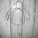 Angyalkás függődísz, Dekorációs kellékek, Ezüst színű drótból készült függődísz. Mérete: 13 cm, Alkotók boltja