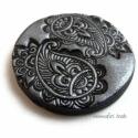 Süthető gyurma kaboson-  ezüst paisley, 3 cm, Fémes ezüst-fekete színű süthető gyurma lenc...