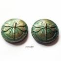 Befoglalható szitakötő kabosonok süthető gyurmából, zöld-bronz (2db) , Fekete alapon fémes zöld színű, a kiemelkedő ...