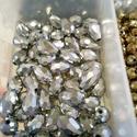 Csepp keleti üveggyöngy, Gyöngy, ékszerkellék, Üveggyöngy, Ékszerkészítés, Gyöngy, Csepp alakú, ezüst színű, csillogó keleti üveggyöngyök. Méret:8mm Egy csomag 10 darabot tartalmaz. , Alkotók boltja