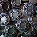 Antik bronz fém gomb 2., Gomb, Gyöngy, ékszerkellék, 20mm átmérőjű antik bronz színű fém gomb. Minden ékszerkészítési munkához tökéletesen használható.  ..., Alkotók boltja