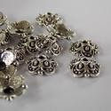 Antik ezüst virág gyöngykupak/2, Gyöngy, ékszerkellék, Egyéb alkatrész, Antik ezüst színű virág alakú  gyöngykupakok. Méret: 3mm X 10mm, Alkotók boltja