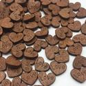 100 db mini fa szív love (sötétebb változat), Fa, Dekorációs kellékek, 100 db fából készült LOVE feliratű aprócska szív. Kedves dekoráció lehet privát ajándékh..., Alkotók boltja