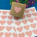 100 db rózsaszín szív handmade with love matrica, Dekorációs kellékek, Papír, Papírművészet, Handmade with love szív alakú matrica. Rózsaszínű, arany felirattal.  Kézzel készült szeretettel.  ..., Alkotók boltja