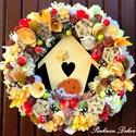 SÜNIS kopogtató (II.) (27 cm) KÉSZTERMÉK, Otthon & lakás, Dekoráció, Dísz, Lakberendezés, Ajtódísz, kopogtató, Mindenmás, Virágkötés, Őszi színvilágú  kopogtató házikóval, filc sünivel, dekor almákkal, gombákkal, bogyókkal,  termések..., Meska