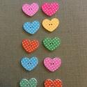 Pöttyös szív, Fa, Famegmunkálás, Pöttyös szív gomb Anyaga festett fa. 3x2 cm. Vegyes színűek, a piros nem kifejezetten piros, inkább..., Alkotók boltja