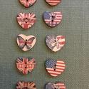 Amerikai, angol zászlós  gomb, Fa, Gomb, Famegmunkálás, Amerikai, angol zászlós, szív gomb, színes. Fa alapanyagú. 1 db 30 Ft. 2,5 x 1,8 cm.   Az ár 17 db-..., Alkotók boltja