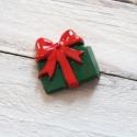 Karácsonyi mintás cabochon kaboson AJÁNDÉKDOBOZ, Dekorációs kellékek, Gyöngy, ékszerkellék, Zöld-piros színű karácsonyi kaboson   Méret:30 x 30mm  Az ár 1db-ra vonatkozik   Lapos háttal, kitűn..., Alkotók boltja