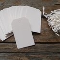 Fehér  mini vágott sarkú papírcédula biléta varrásokhoz- 50db, Papír, Dekorációs papír, Varrás, Fehér papírcédula fehér madzaggal  50db/cs, madzaggal  Méret: 4 x 3cm  Anyaga: 350g/m2 papír, kitűn..., Alkotók boltja