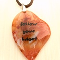 Kövesd a szíved nyaklánc, Ékszer, óra, Medál, Nyaklánc, Ékszerkészítés, Üvegművészet, Gravírozott szív alakú achát medál, barna bőr lánccal.  Medál mérete: 52x42 mm, Meska