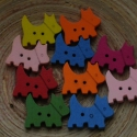 20 db-os, színes kutyás (skót terrier)gombcsomag fából, Gomb, Varrás, Gomb, 20 db-os, 25 mm legnagyobb átmérőjű, színes kutyusos gombcsomag, 2 lyukkal kreatívoskodáshoz, texti..., Alkotók boltja