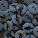 20 db-os, 15 mm-es, élethű madármintás fagomb csomag, Dekorációs kellékek, Gomb, 20 db, 15 mm-es, 2 lyukú, fehér alapszínű fagomb csomag textilekhez, több fajtából random válogatva,..., Alkotók boltja
