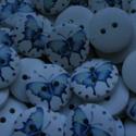 20 db-os, lepkemintás gomb csomag, Gomb, 20 db-os, kék lepkemintás fagomb csomag fehér alappal. 18 mm legnagyobb átmérőjű. Díszítéshez, scrap..., Alkotók boltja