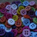 50 db-os, műanyag, színes gombcsomag, Gomb, Dekorációs kellékek, 50 db-os, 9mm-es,műanyag, színes gombcsomag, 4 lyukkal kreatívoskodáshoz, textilekhez, scrapbookingh..., Alkotók boltja