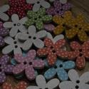 10 db-os, 20 mm-es virágos fagomb csomag, Dekorációs kellékek, Gomb, Varrás, Gomb, 10 db, 15 mm-es, 2 lyukú, vegyes mintás,   fagomb csomag textilekhez, scrapbookinghoz, dekorációhoz..., Alkotók boltja