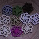 10 db-os virágos gombcsomag, Dekorációs kellékek, Varrás, Gomb, 10 db-os, 49x42 mm-es, virágos fagomb  csomag, a színekből random válogatva. Scrapbookinghoz, kreat..., Alkotók boltja