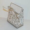 Ajándék doboz, Csomagolóanyag, Doboz, henger, Gyurma, Levegőn száradó gyurma, Fehér-ezüst színű kis méretű ajándék doboz. Esküvői asztalon is nagyon mutatós kis ajándék dobozka,..., Alkotók boltja