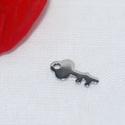 Nemesacél kulcs alakú fityegő, Gyöngy, ékszerkellék, Egyéb alkatrész, Kulcs alakú nemesacél fityegő.  Hosszúság: 12,5 mm Szélesség: 6 mm Lemez vastagság: 0,8 mm Lyuk átmé..., Alkotók boltja