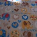 Elefánt mintás babysoft, Textil, Pamut, Gyönyörű pihe puha babysoft anyag színes elefántokkal, szívekkel.  Mérete: 100 x 150 cm  , Alkotók boltja