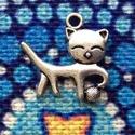 Medál, charm - cica gombolyaggal - csomag ár, Gyöngy, ékszerkellék, Ékszerkészítés, Cica gombolyaggal medál, ezüst színben. (Nikkel mentes).     Mérete: 2 cm  A képen is látható a mér..., Alkotók boltja