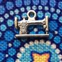 Medál, charm - régi varrógép - retro , Gyöngy, ékszerkellék, Díszes régi, retro varrógép medál, ezüst színben. (Nikkel mentes)   Mérete: 1,9 cm   A képe..., Alkotók boltja
