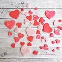Szív formájú díszítő elemek, Dekorációs kellékek, Figurák, Gyurma, Kiégethető gyurma, Süthető gyurmából készítettem rózsaszín, pirosas márvány mintás és piros szív díszeket.  Egy kis ra..., Alkotók boltja
