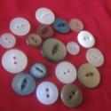 Hasított gombok, Gomb, A csomagban,középen hasított gombok találhatóak, több színben, méretben. Összesen 18 db., Alkotók boltja