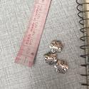 Fém virág köztes, Gyöngy, ékszerkellék, Egyéb alkatrész, Fém virág köztes ezüst színben.1,5 cm hosszú., Alkotók boltja