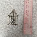 Fém  kalitka madárkával, Gyöngy, ékszerkellék, Egyéb alkatrész, Fém kalitka madárkával ezüst színben.2,5×3,5 cm , Alkotók boltja