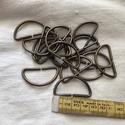 Antik bronzt színű  félkarika 4 cm, Csat, karika, zár, Varrás, Mindenmás, Antik bronz színű fém félkarika 4 cm széles hevederhez. Mennyiségi kedvezmény! Ha egyben elviszed,a..., Alkotók boltja