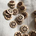 Fa gomb virág mintával, Gomb, Varrás, Gomb, Natűr színű fa gomb virágmintaval,kétlyukú, 20 mm átmérőjű. Ha viszed az összeset -20% kedvezményt ..., Alkotók boltja
