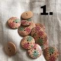 Fa gomb virágos 3 féle minta 25 mm, Gomb, Varrás, Gomb, Drapp színű fa gomb virágmintaval,kétlyukú, 25 mm átmérőjű. 1. 13 db 2. 13 db 3. 18 db, Alkotók boltja