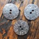 Kovácsolt gomb, Gomb, Fém gomb, Fémmegmunkálás, ötvösség, Kovácsolással készült fémgomb egyedi díszítéssel. A csomag 3 db vasból készült gombot tartalmaz.  T..., Alkotók boltja